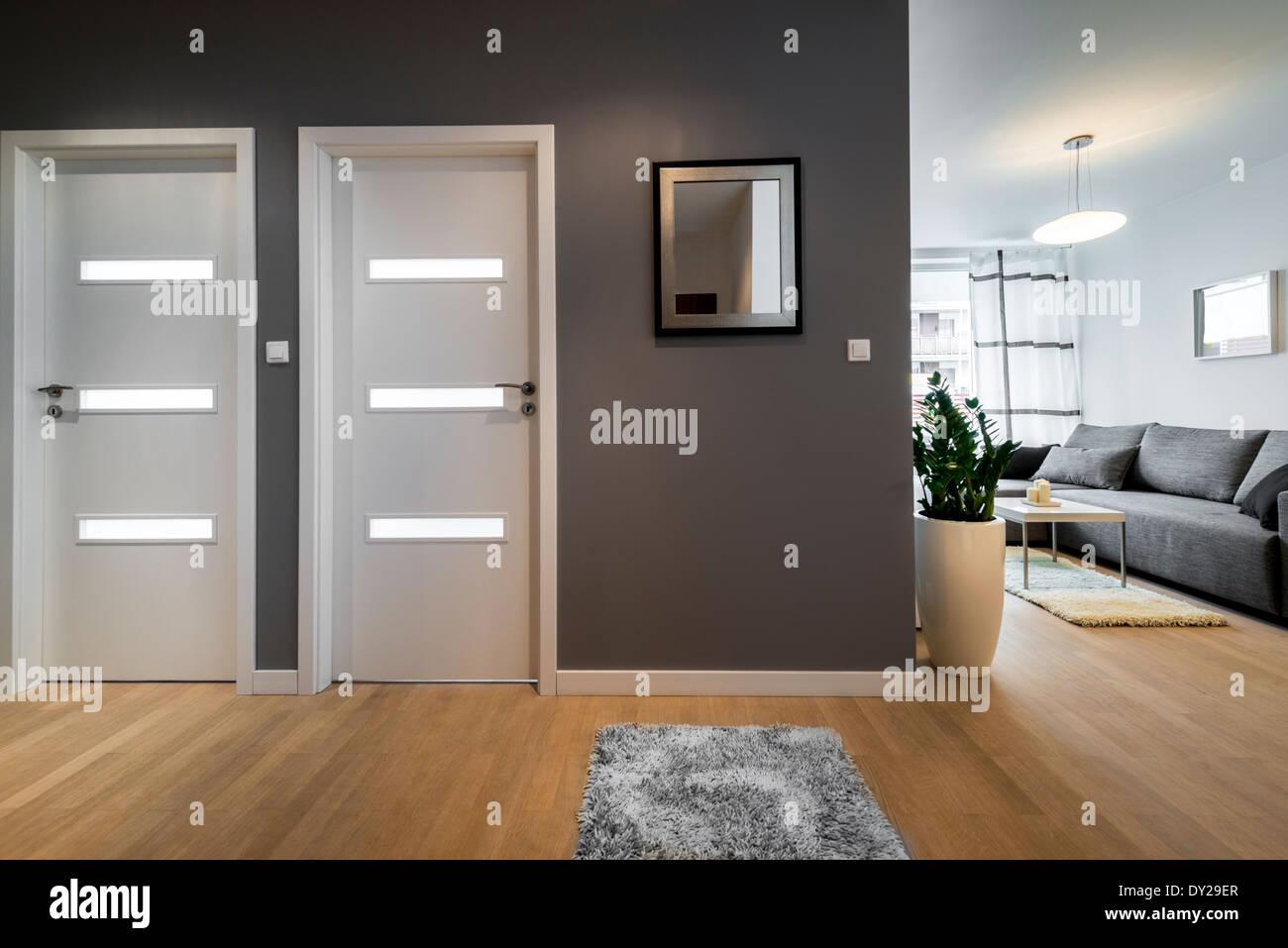 Corridoio e soggiorno in appartamento moderno con pareti ...