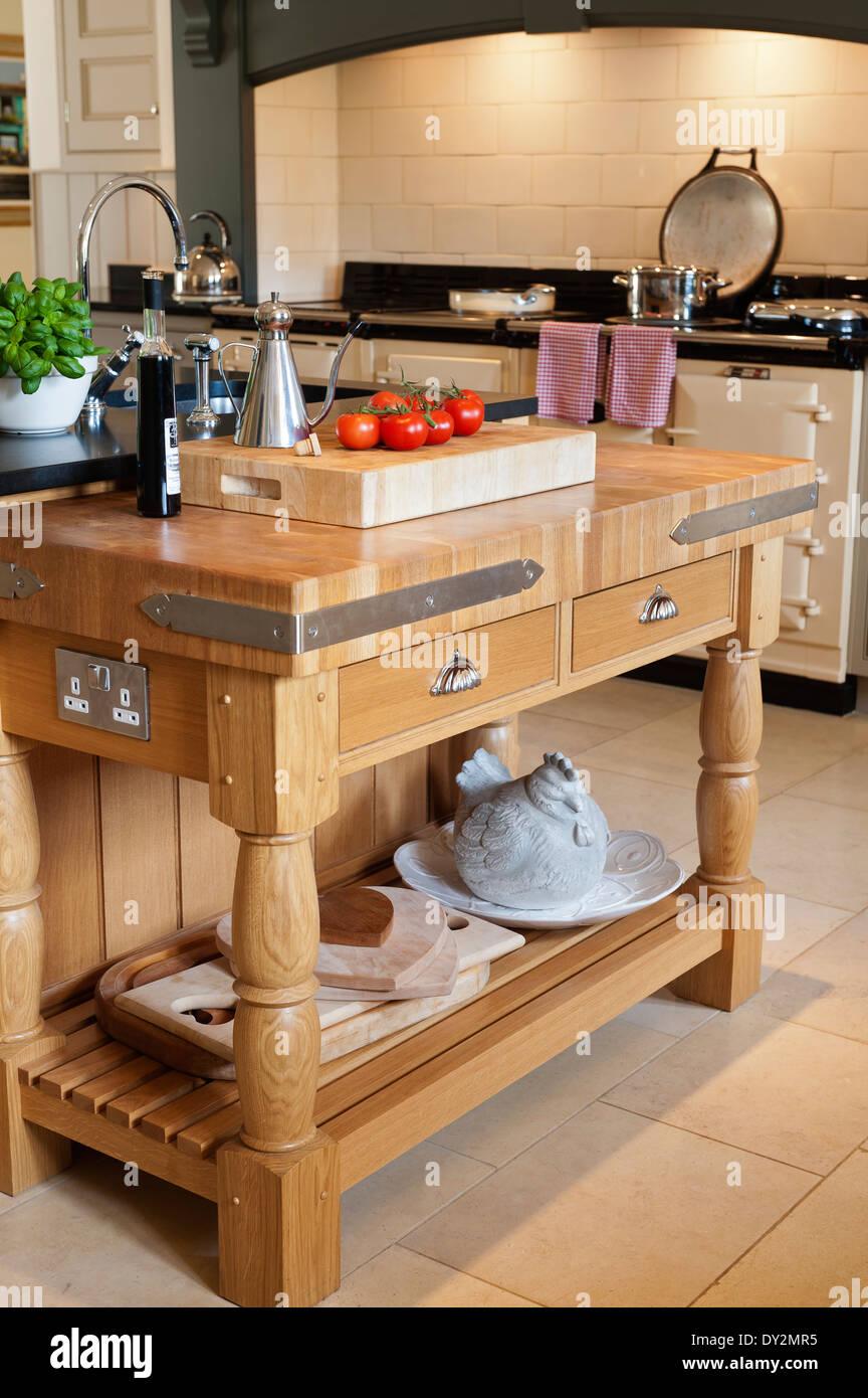 Chunky macellai di legno blocco con staffe di acciaio in cucina con ...