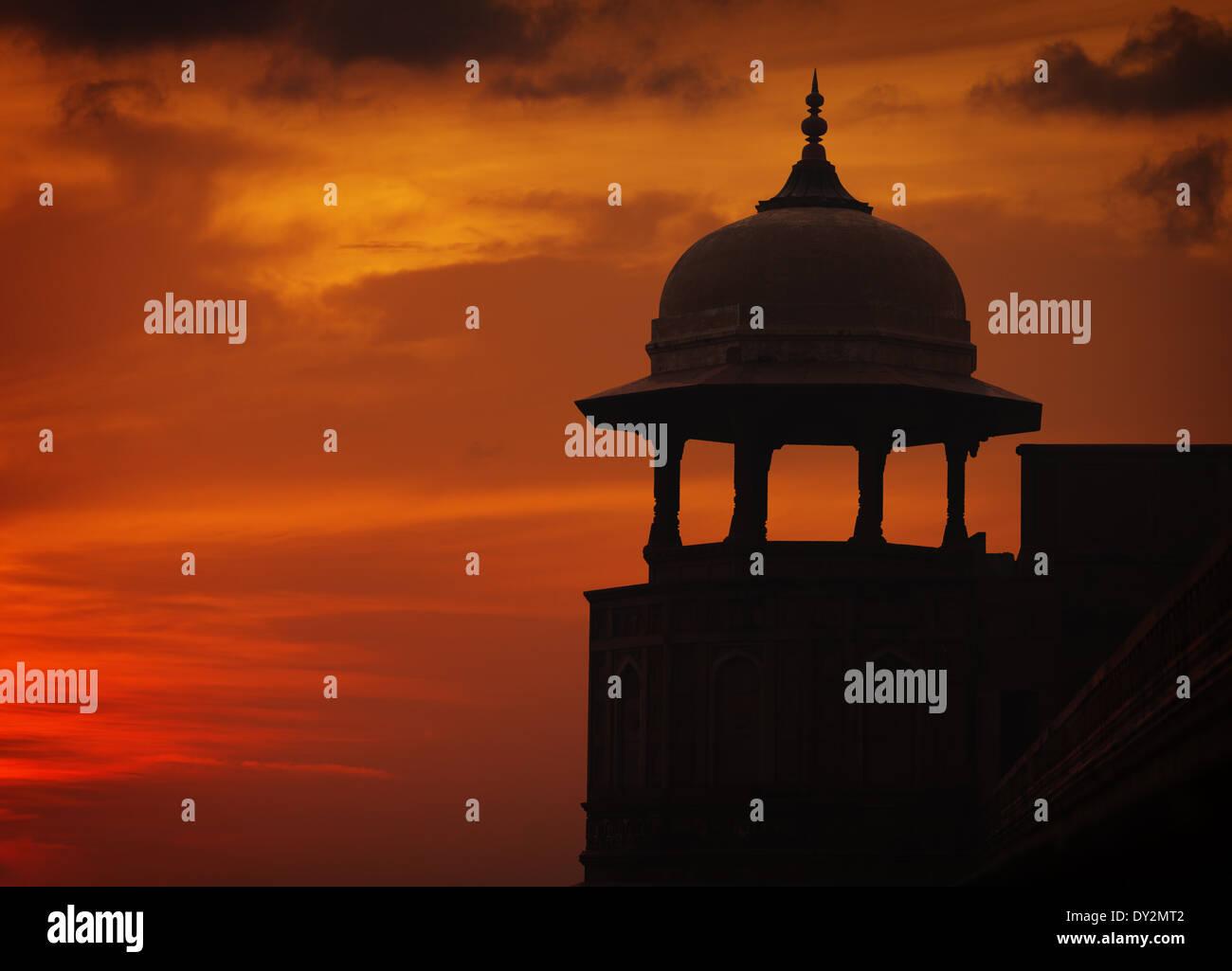 Silhouette di stile Asiatico torre sul Cielo di tramonto sfondo rosso, Ford, Agra, India Immagini Stock