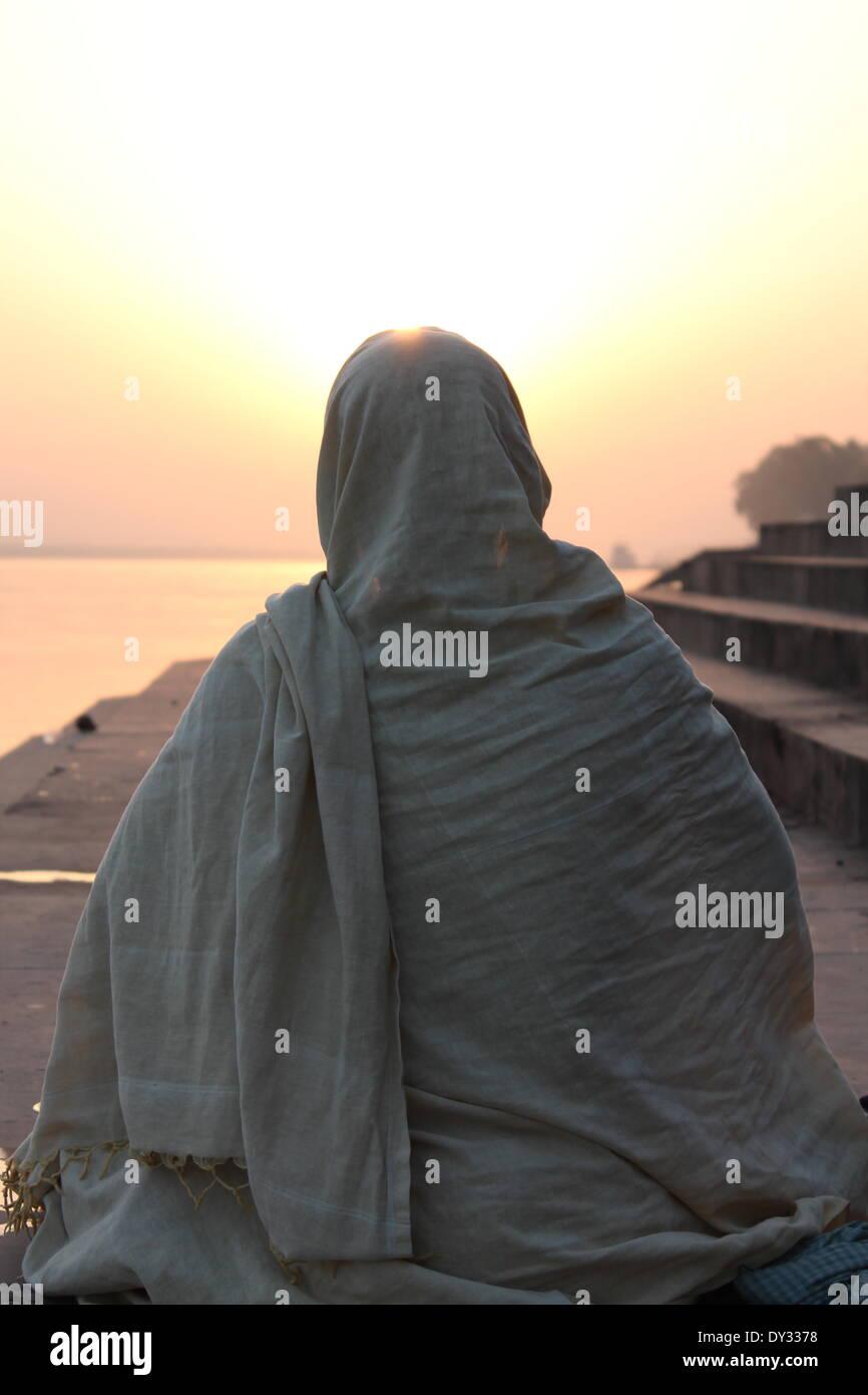 Kalighat, Patna, Bihar, in India, 05 aprile 2014. La gente adora sole dopo il bagno nel fiume Gange e in occasione della tradizionale festa indù Chaiti Chatt, uno dei maggiori festival vedico celebrata nel Bihar e est. In questo festival Usha o sole di mattina e Pratyusha o sole serale è adorato per quattro giorni. Credito: Rupa Ghosh/Alamy Live News. Immagini Stock