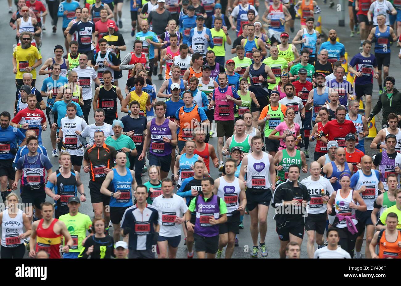 Guide di scorrimento a competere nel 5° Brighton Marathon. Foto di James Boardman Immagini Stock