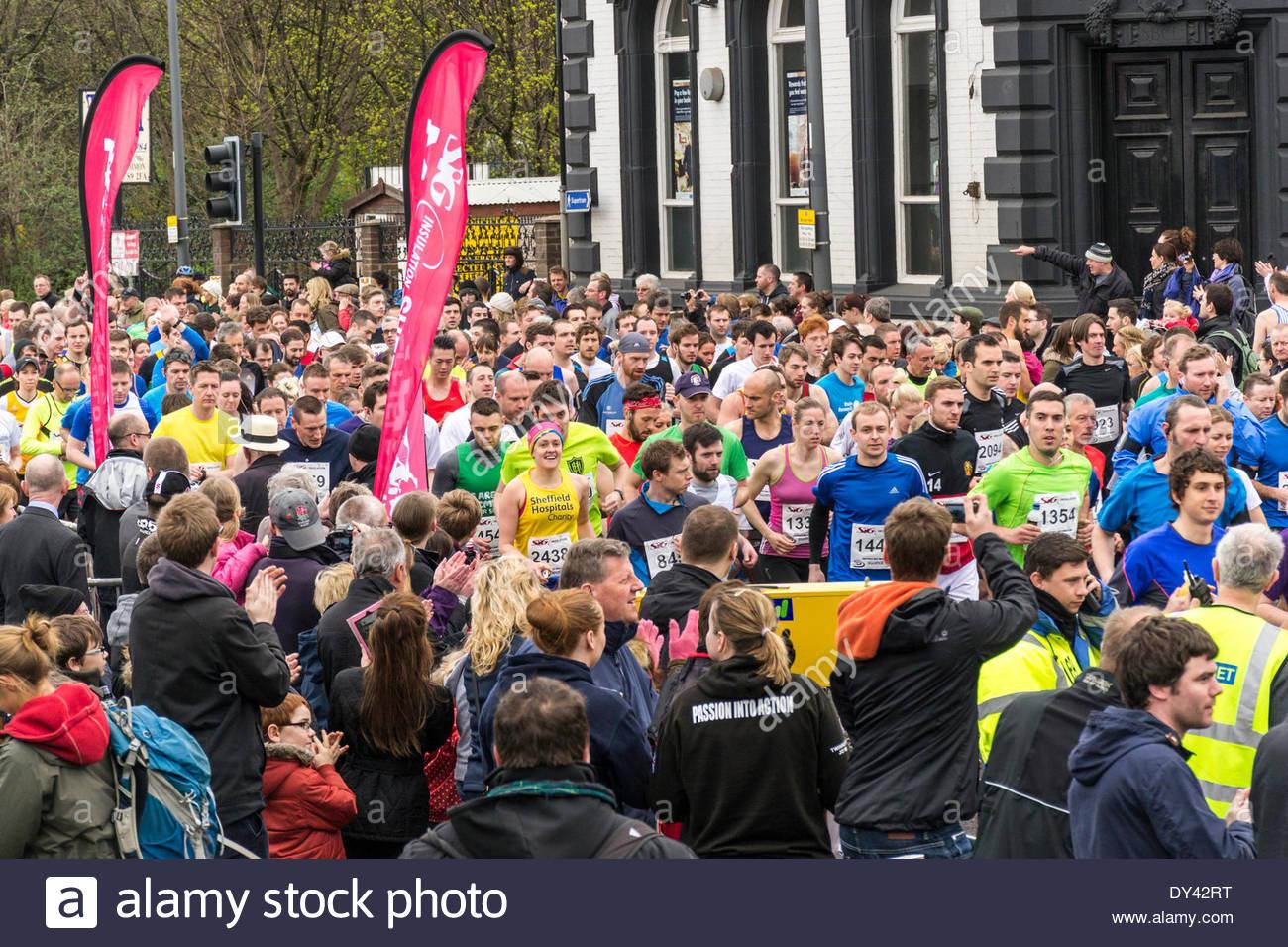 Sheffield, Regno Unito. 6 Aprile, 2014. Scene caotiche come l'annuale mezza maratona intorno alla città è annullato dopo 45 minuti di ritardo alla partenza, ma il set di guide comunque fuori. La cancellazione è stato a causa di una carenza di acqua sul corso, ma le persone e le aziende di Sheffield si sono stretti attorno a fornire acqua aggiuntiva per le guide di scorrimento. Immagini Stock