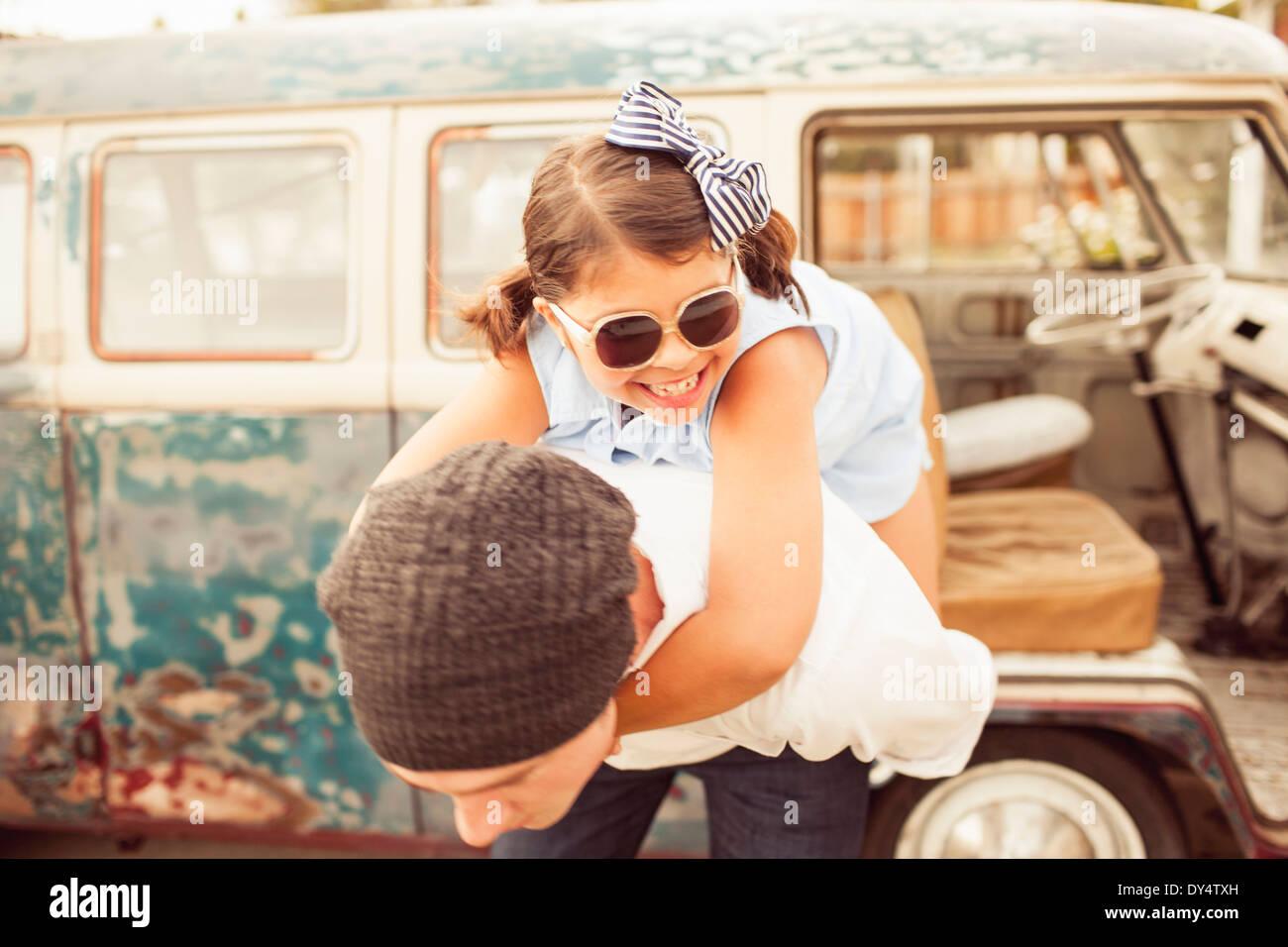 Padre dando figlia piggyback Immagini Stock