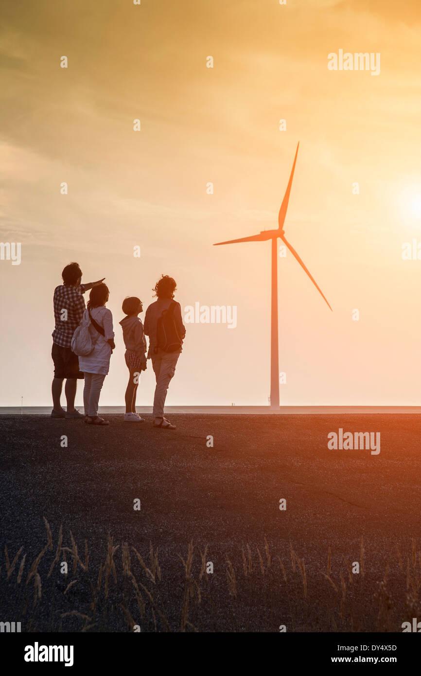 Gruppo di famiglia guardando le turbine eoliche e Schelda orientale Storm barriera di sovratensioni progettato per proteggere i Paesi Bassi da Immagini Stock