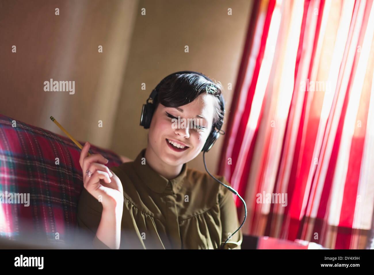 Giovane donna ascolto di musica Immagini Stock