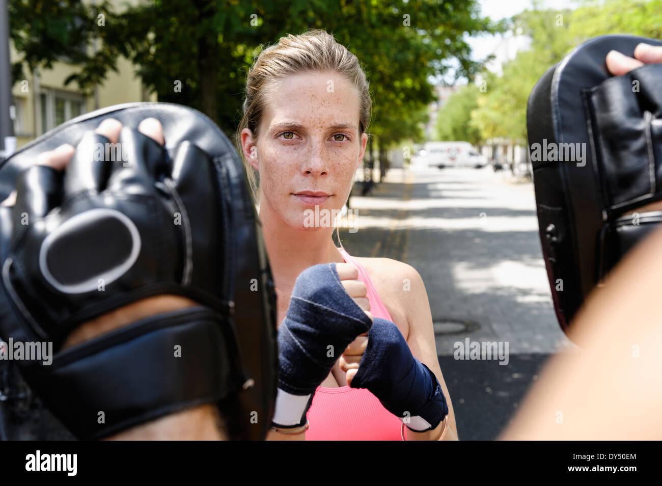 Boxer femmina e personal trainer in posizione di parcheggio Foto Stock