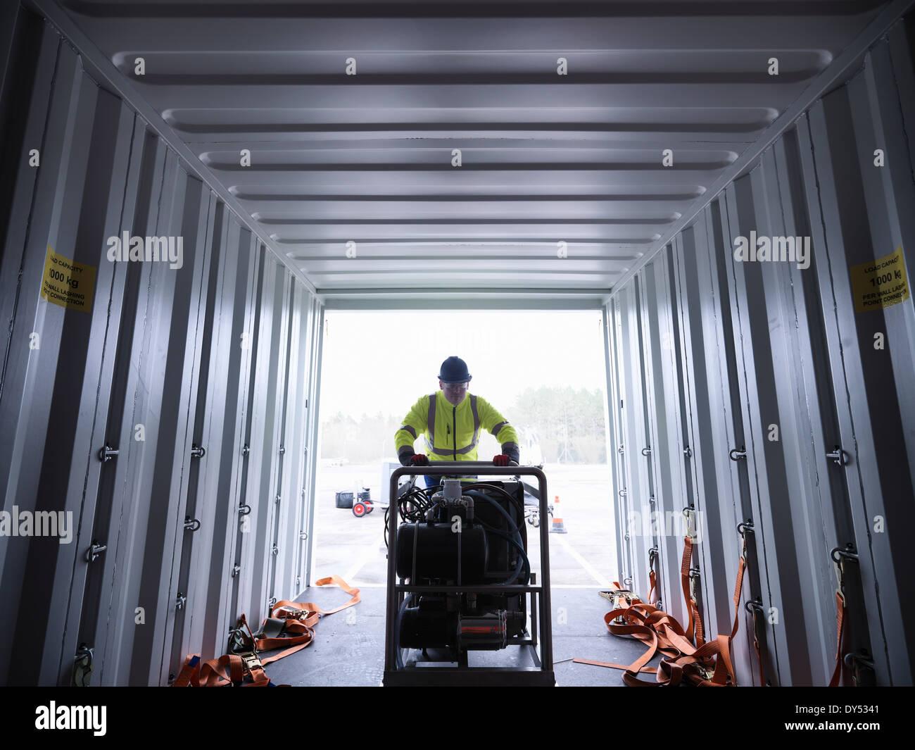 Il team di risposta alle emergenze lavoratore scarica attrezzature dal contenitore di spedizione Immagini Stock