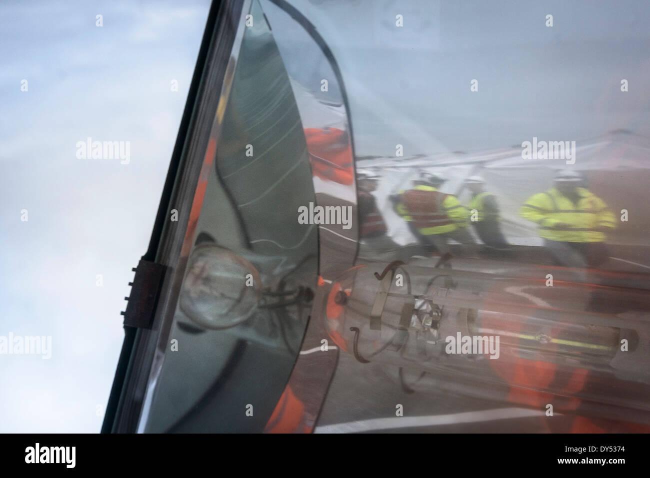 Il team di risposta alle emergenze riflessa nel vetro di lampada Immagini Stock