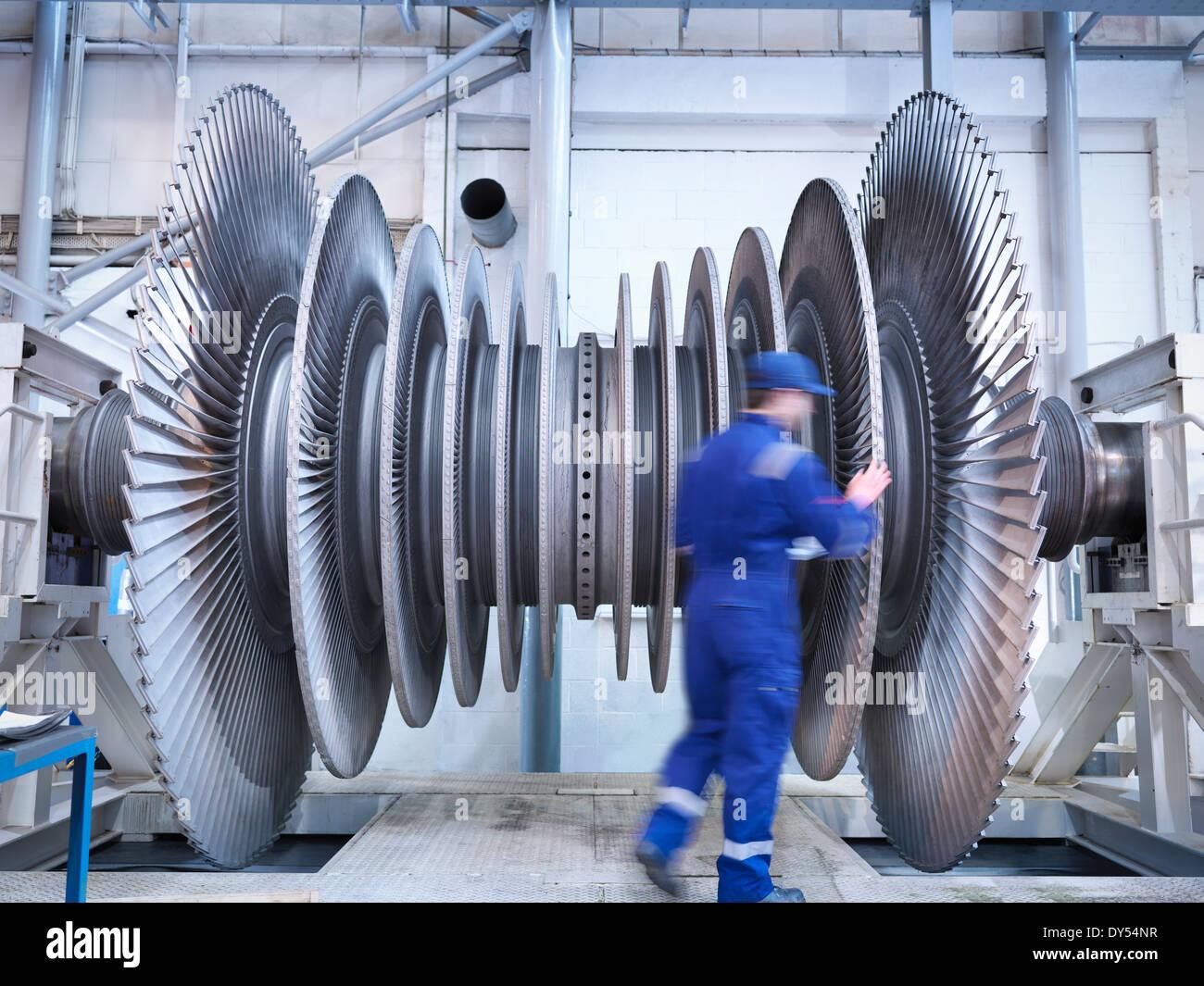 Ingegnere di vapore di ispezionare le pale della turbina nella baia di riparazione del workshop Immagini Stock