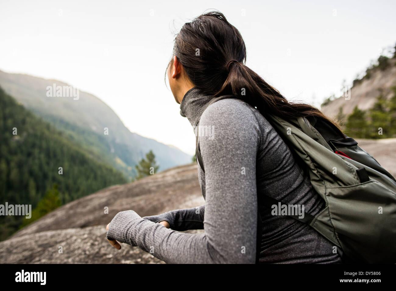 Giovane donna guardando a vista, Squamish, British Columbia, Canada Immagini Stock