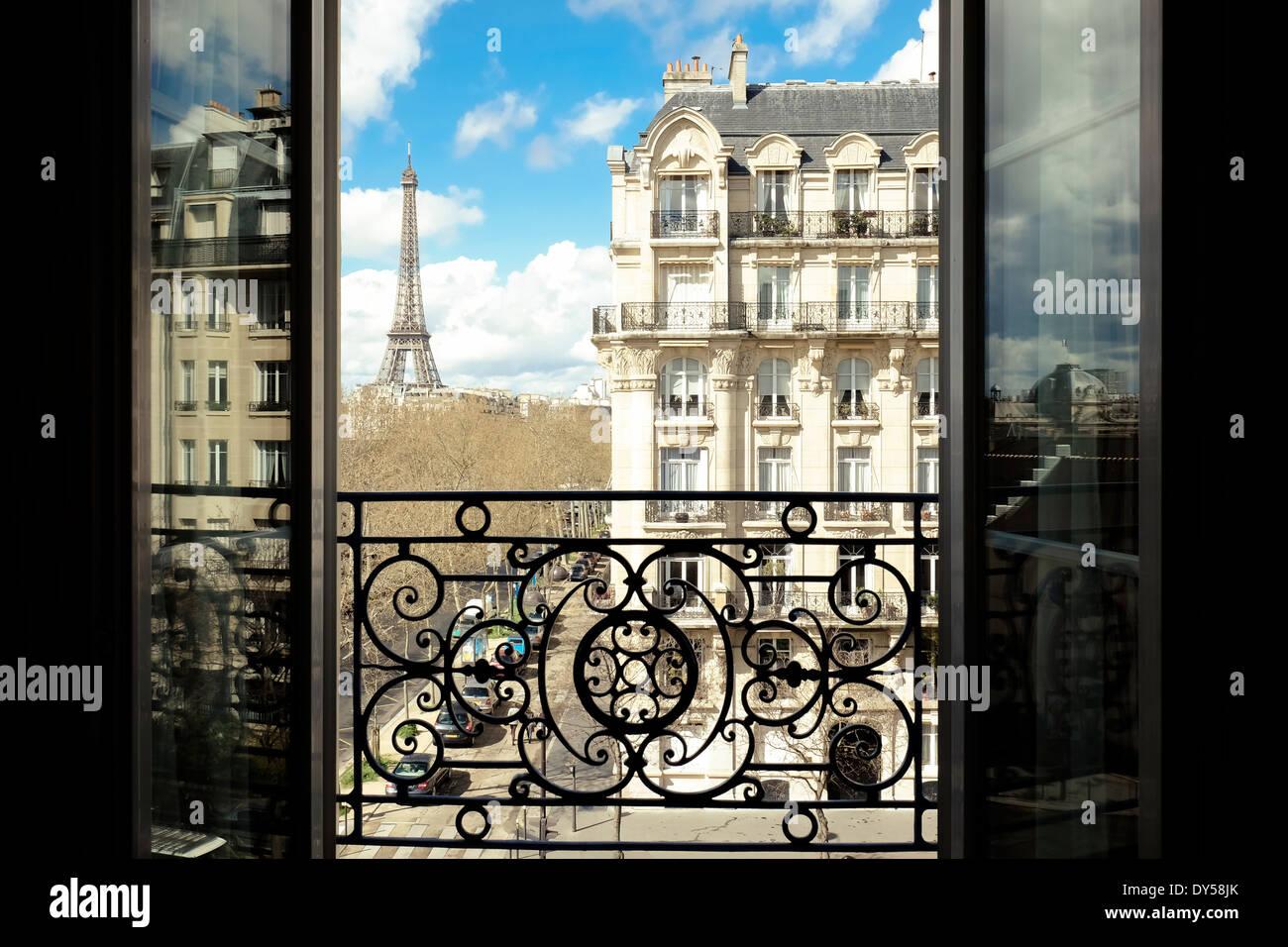 La Torre Eiffel, Paris, Francia, osservata attraverso una finestra aperta. Immagini Stock