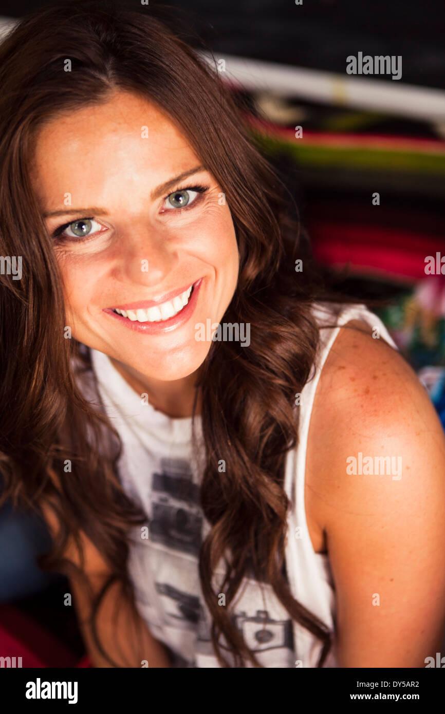 Giovane donna con capelli lunghi marrone sorridente Immagini Stock