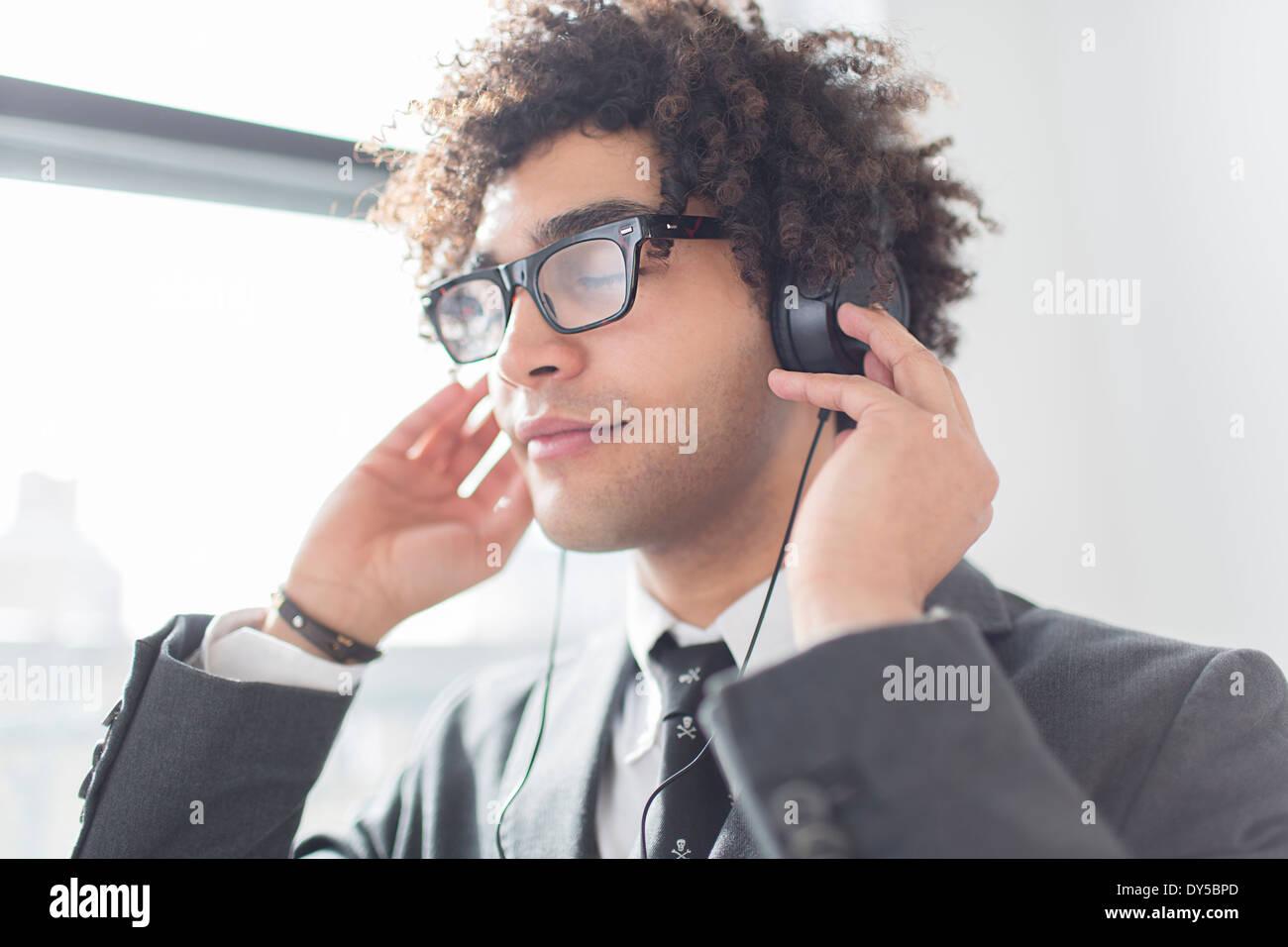 Giovane uomo che indossa le cuffie Immagini Stock