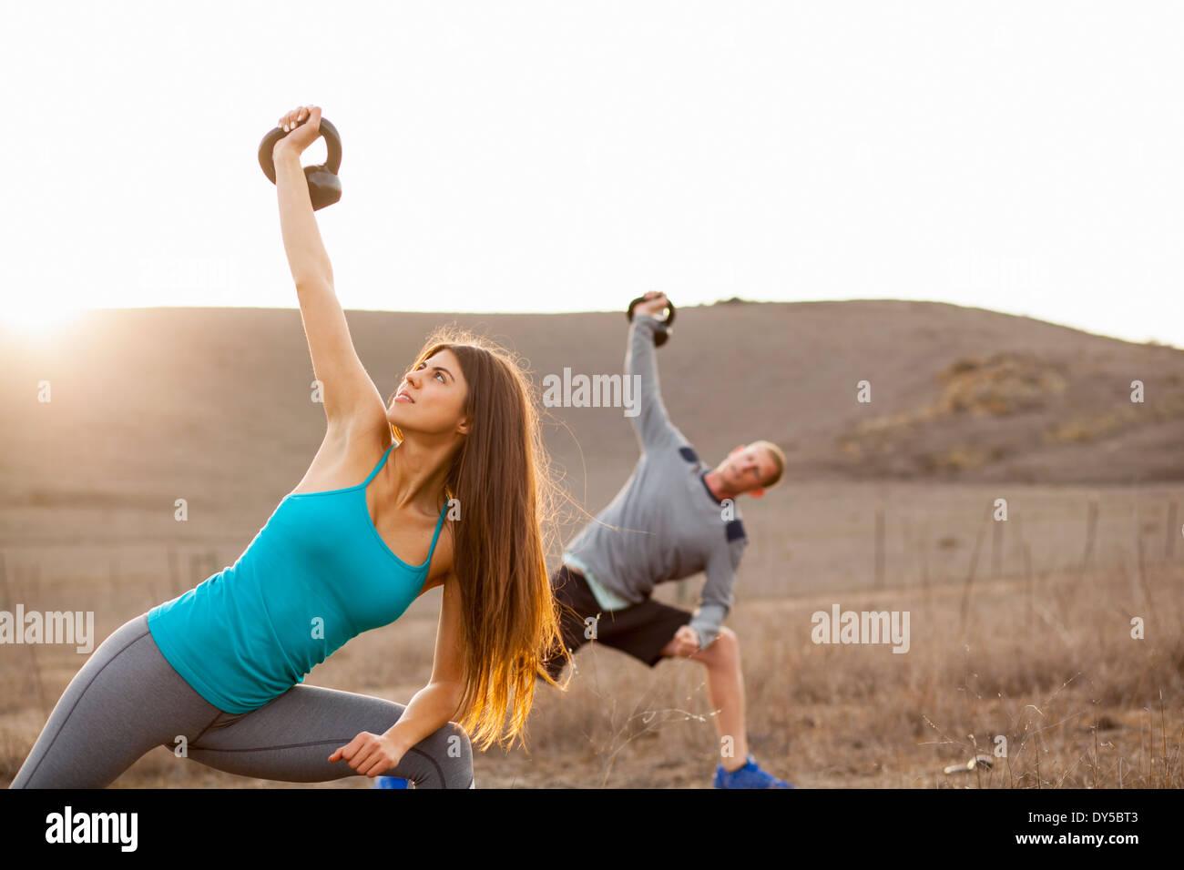 Giovane che lavora fuori con pesi Immagini Stock