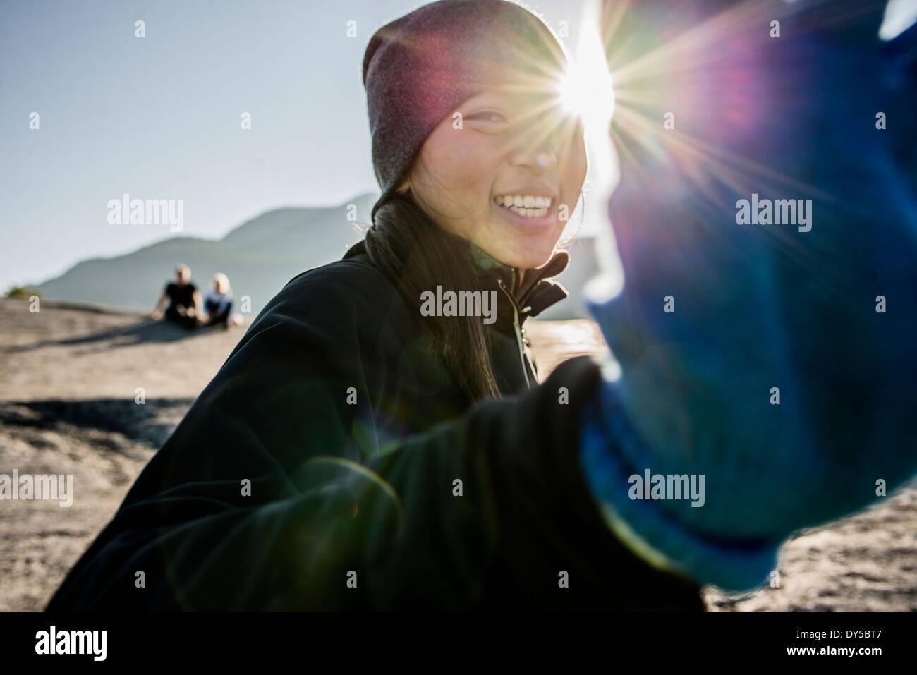 Ritratto di shy giovane femmina escursionista, Squamish, British Columbia, Canada Immagini Stock