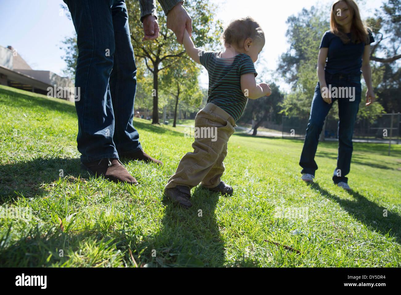 Bambino ad imparare a camminare sull'erba Immagini Stock