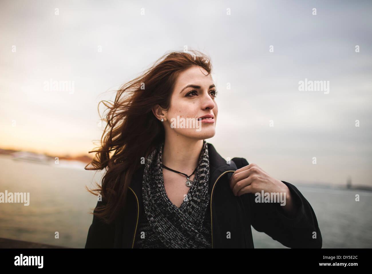 Giovane donna accanto al fiume Hudson, New York, Stati Uniti d'America Immagini Stock