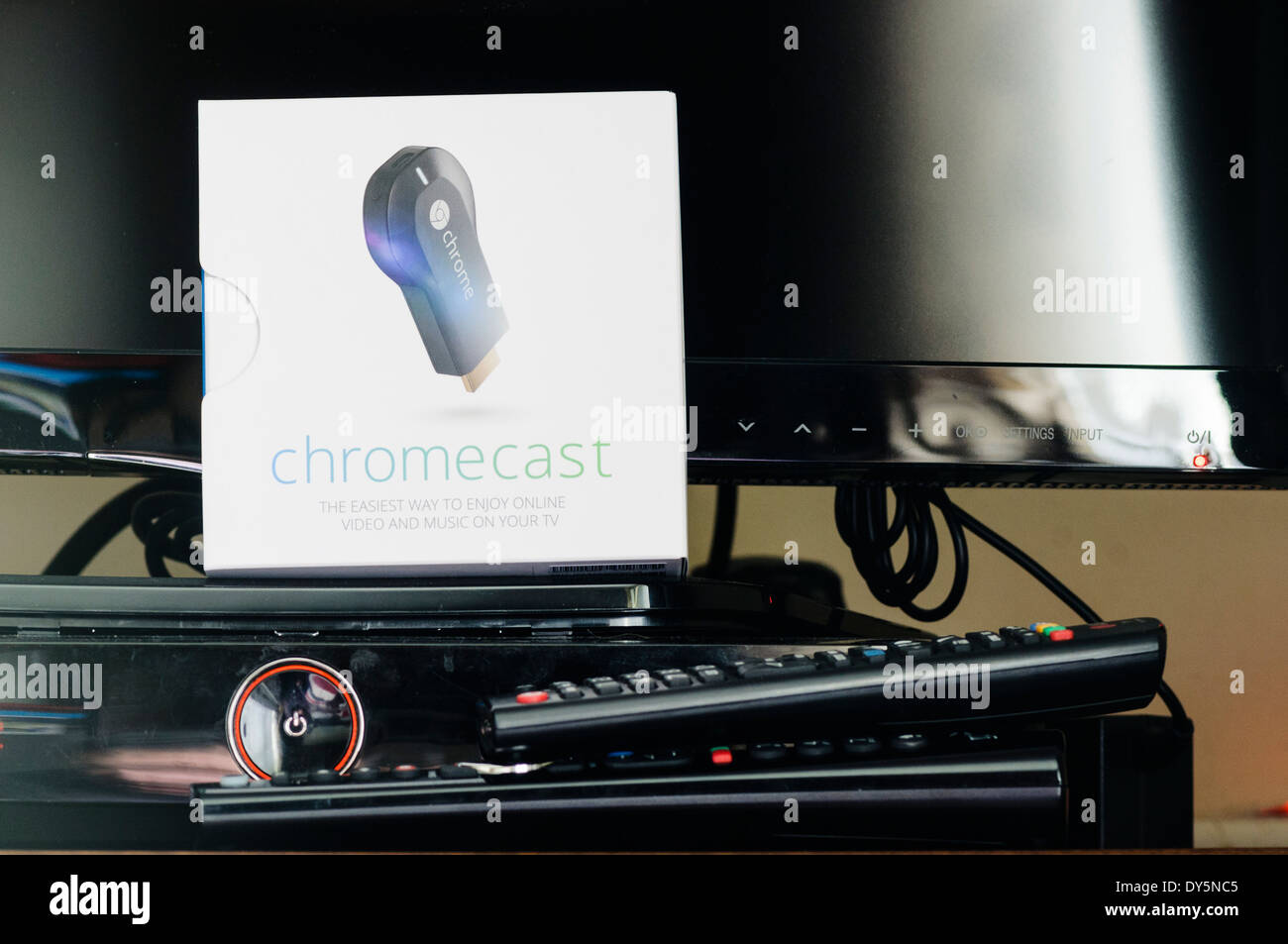 Google Chromecast streaming TV dispositivo pronto per essere installato Immagini Stock
