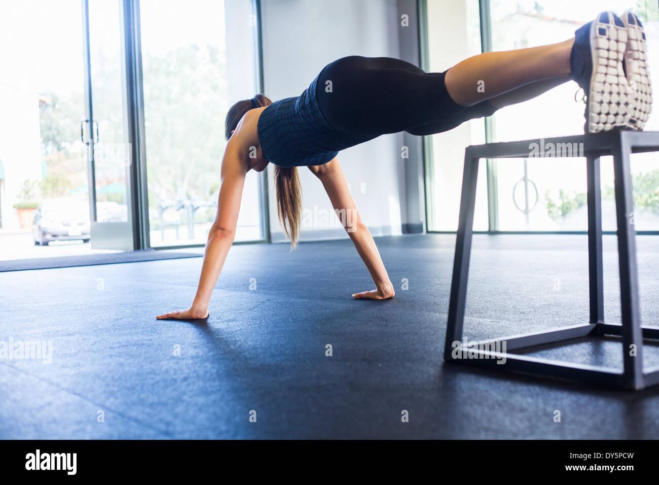 Giovane donna facendo ups push Immagini Stock