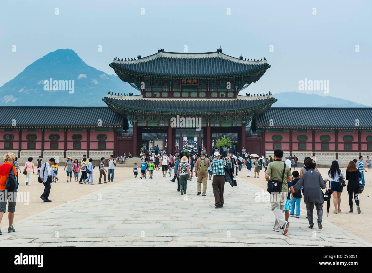 I turisti a piedi il Palazzo Gyeongbokgung, Seoul, Corea del Sud, Asia Immagini Stock