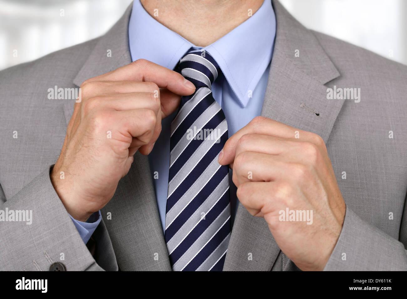 Imprenditore che fissa il suo tirante Immagini Stock
