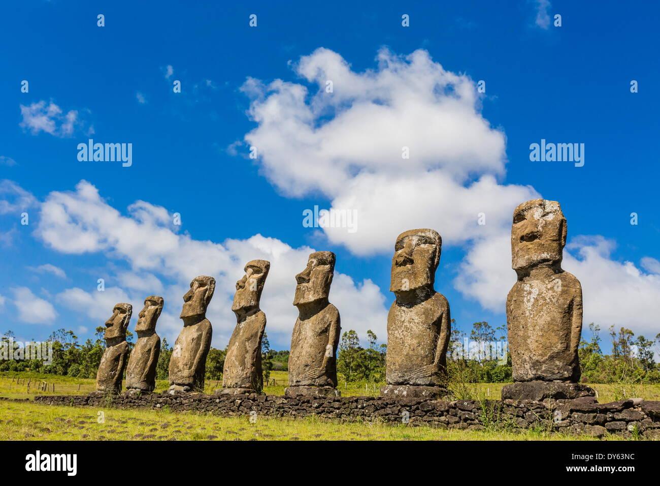 Sette Moai a Ahu Akivi, il primo altare restaurato sull'Isola di Pasqua (Isla de Pascua) (Rapa Nui), sito UNESCO, Cile Immagini Stock