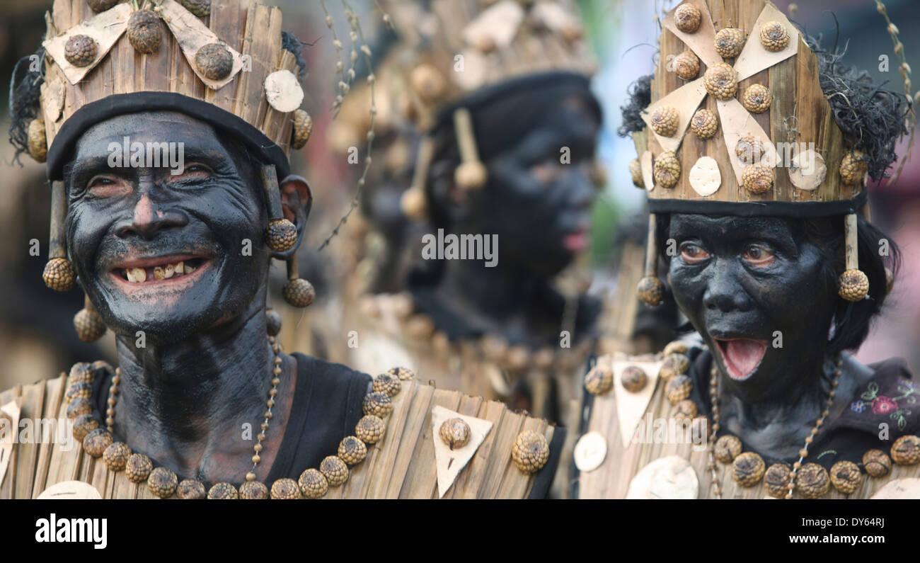 Funny vecchia coppia con sbavature di facce, Ati Atihan Festival, Kalibo, Aklan, Western Visayas Regione, Panay Island, Filippine Foto Stock