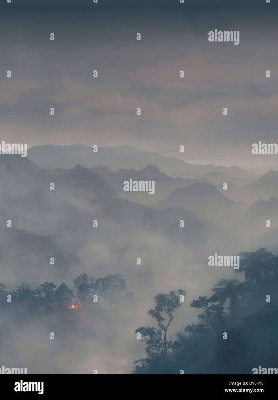Capanna etniche e velatura su una montagna, Banaue, Ifugao, Filippine, Asia Immagini Stock