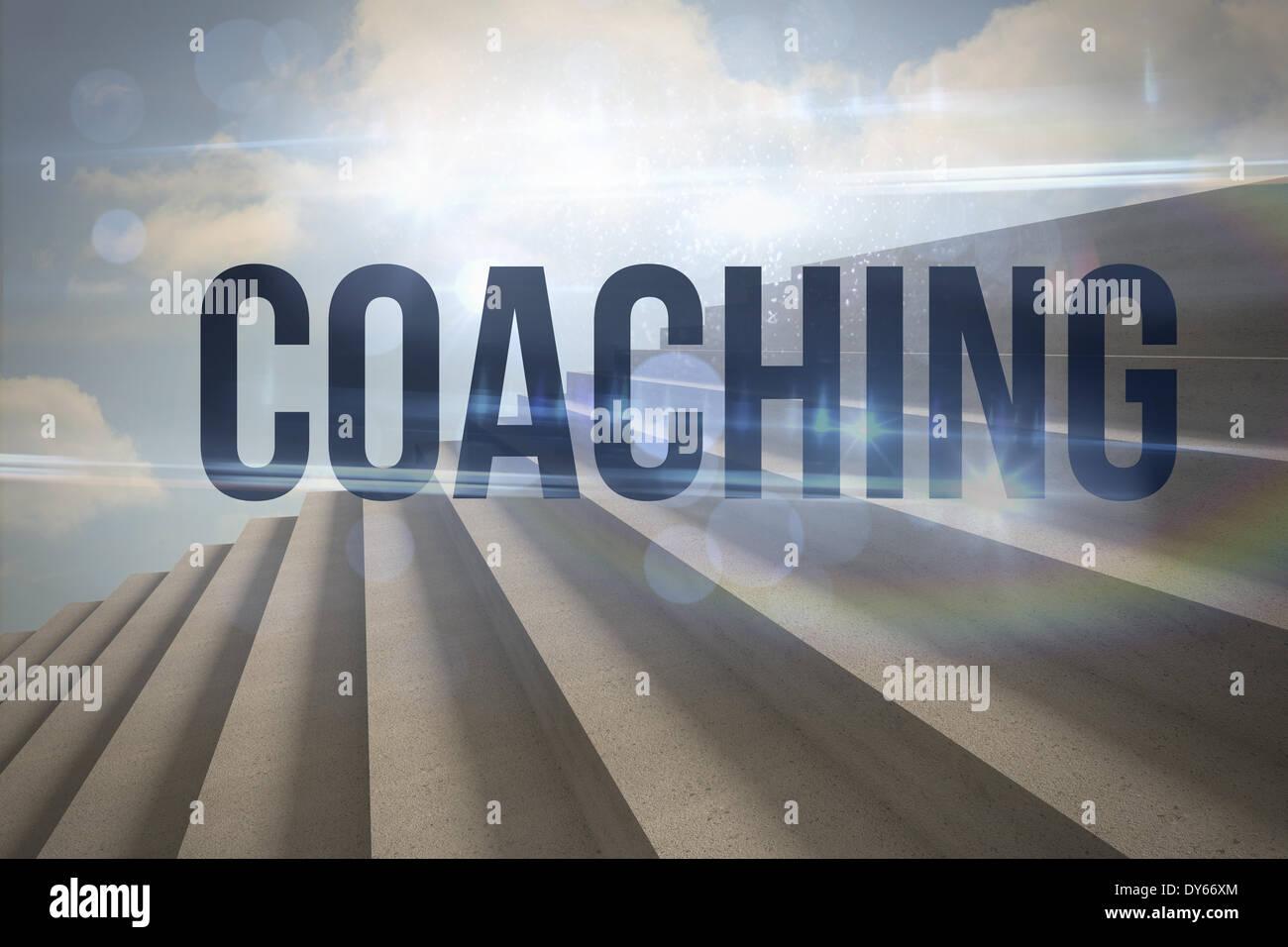 Coaching contro passi contro il cielo blu Immagini Stock