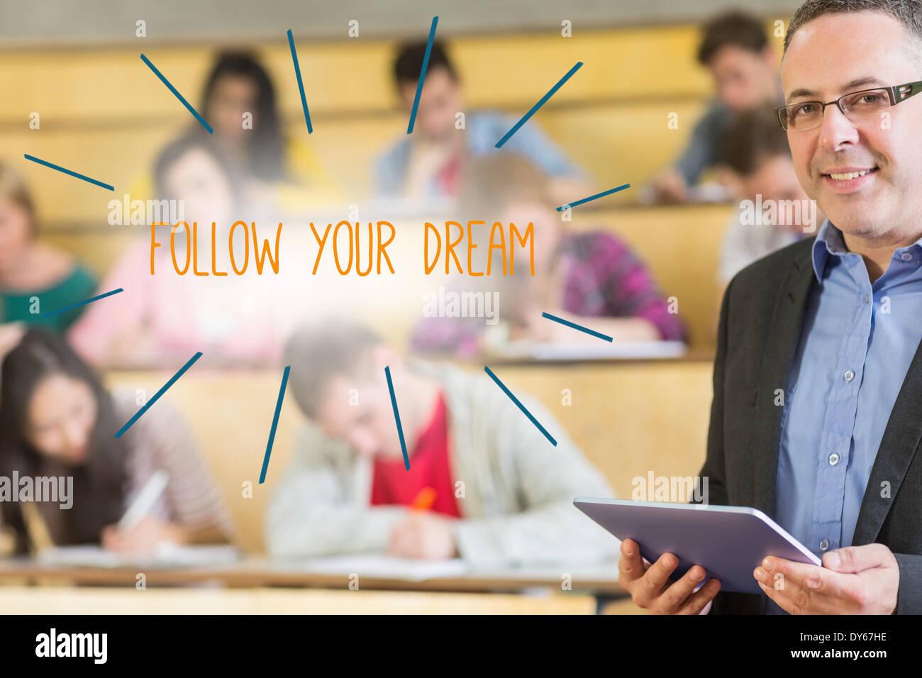 Segui il tuo sogno contro docente in piedi nella parte anteriore della sua classe in aula magna Immagini Stock