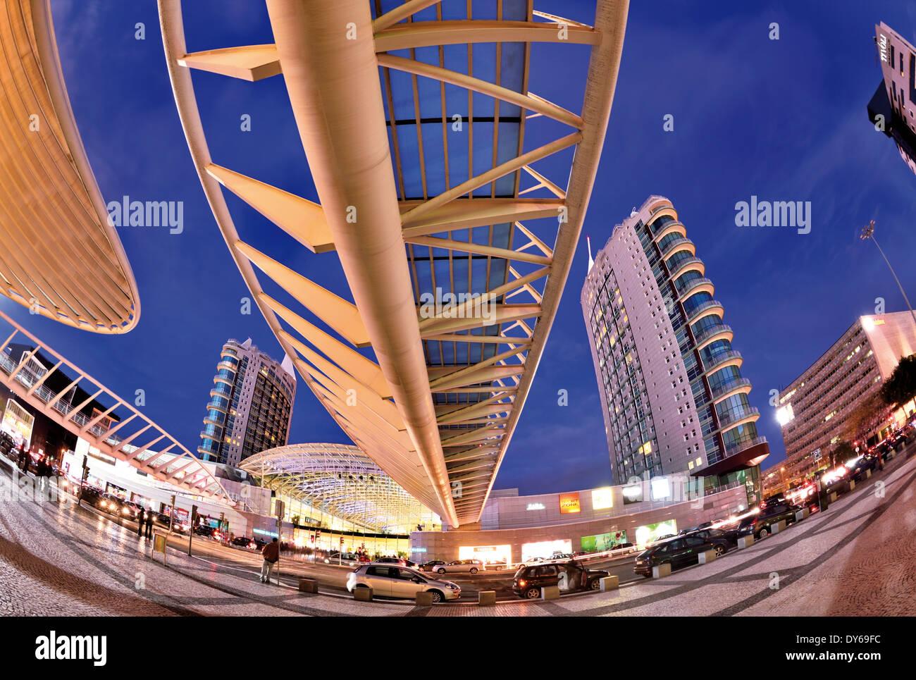 Il Portogallo, Lisbona: architettura del centro commerciale per lo shopping nel Parque das Nacoes Immagini Stock