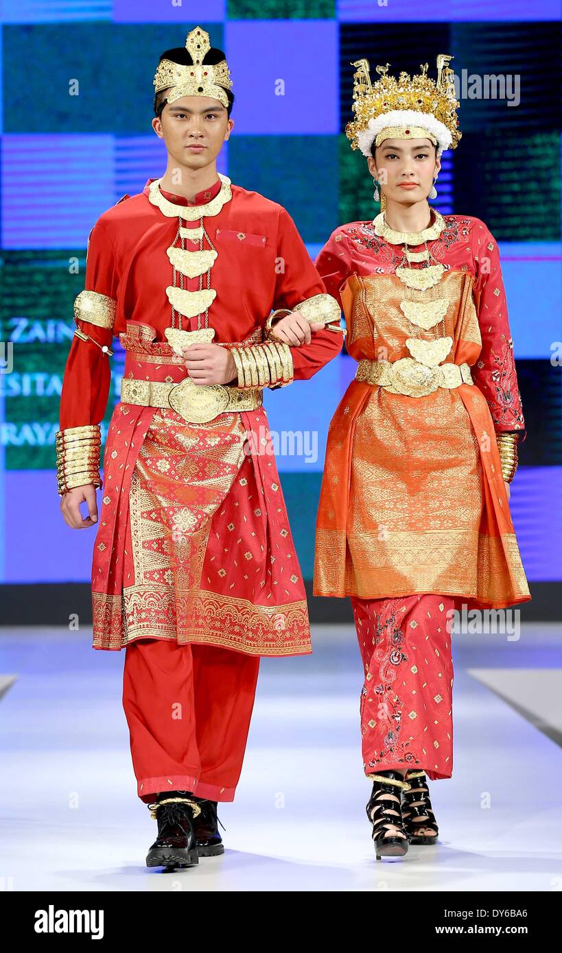 Pechino, Cina. 8 apr, 2014. Modelli mostrano le creazioni di un designer di Bruneian durante il 2014 ASEAN e Costume cinese della cultura mostra a Pechino, capitale della Cina, 8 aprile 2014. Credito: Chen Jianli/Xinhua/Alamy Live News Immagini Stock