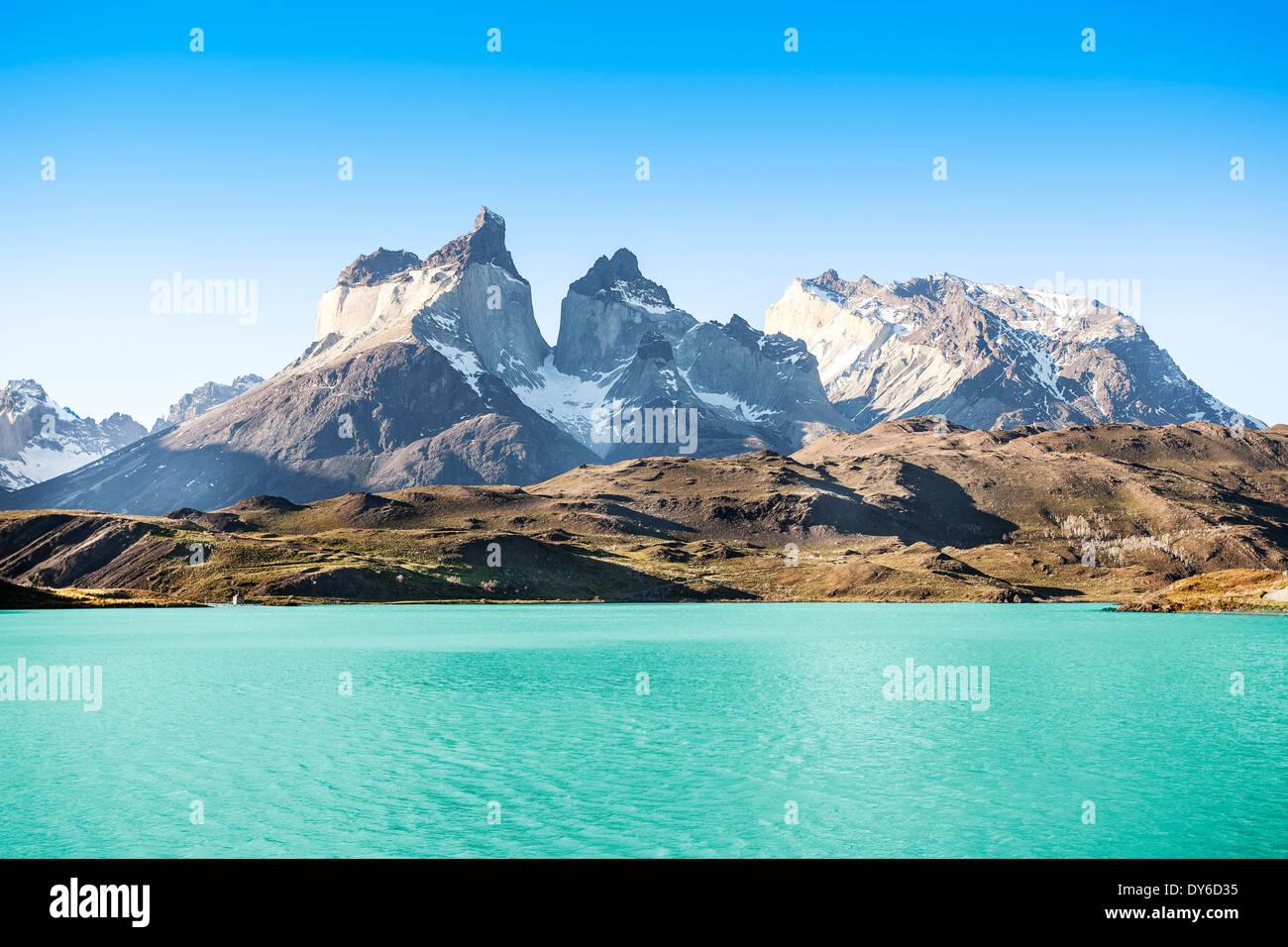 Pehoe lago di montagna e Los Cuernos (le corna), il parco nazionale Torres del Paine, Cile. Immagini Stock