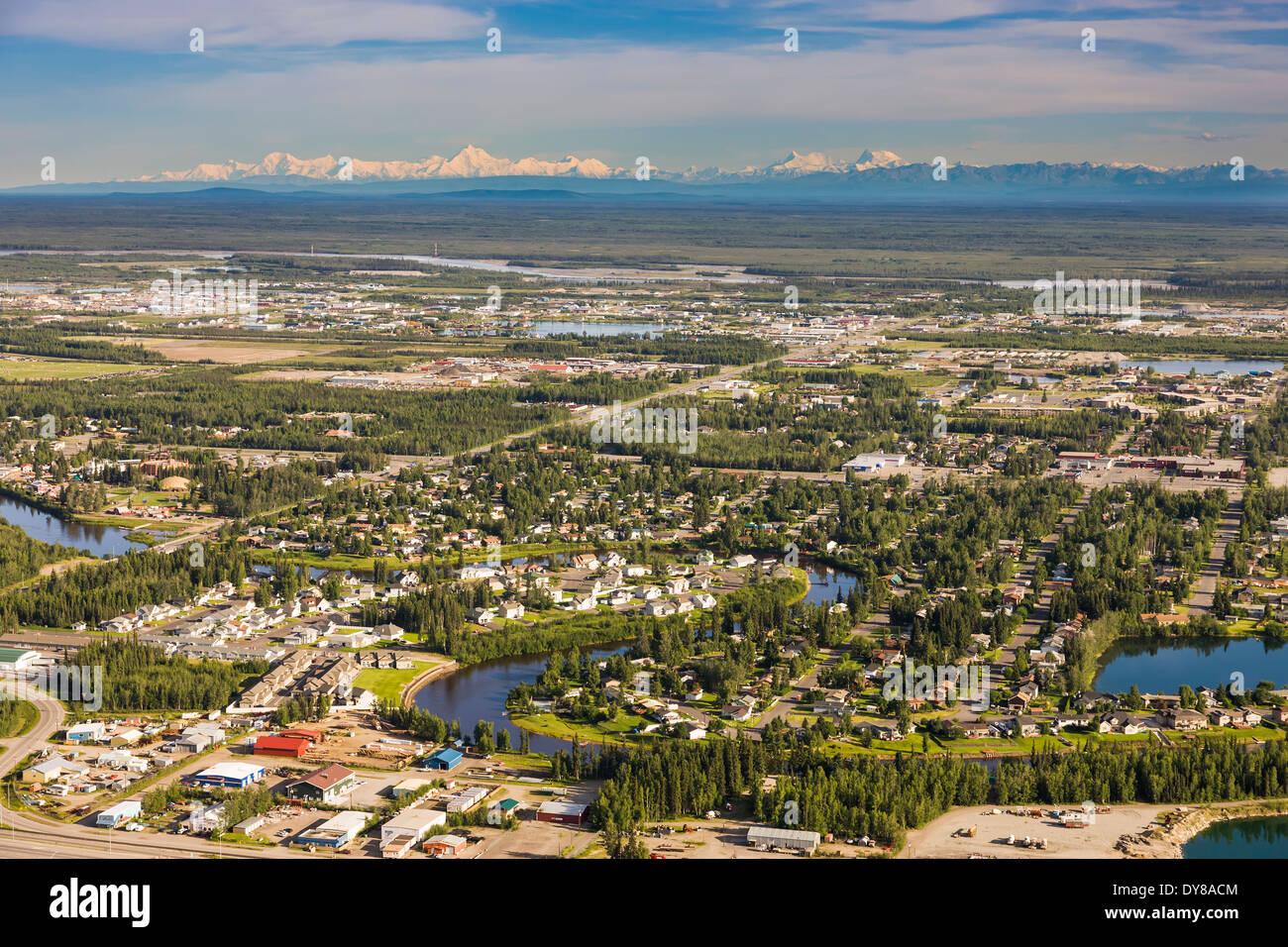 La città di Fairbanks situato nella valle Tanana appartamenti con l'Alaska Range montagne nel lontano orizzonte Immagini Stock