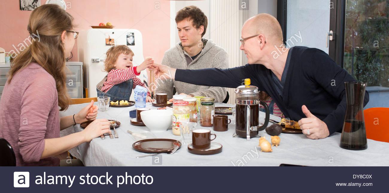 Giovane famiglia con colazione Immagini Stock