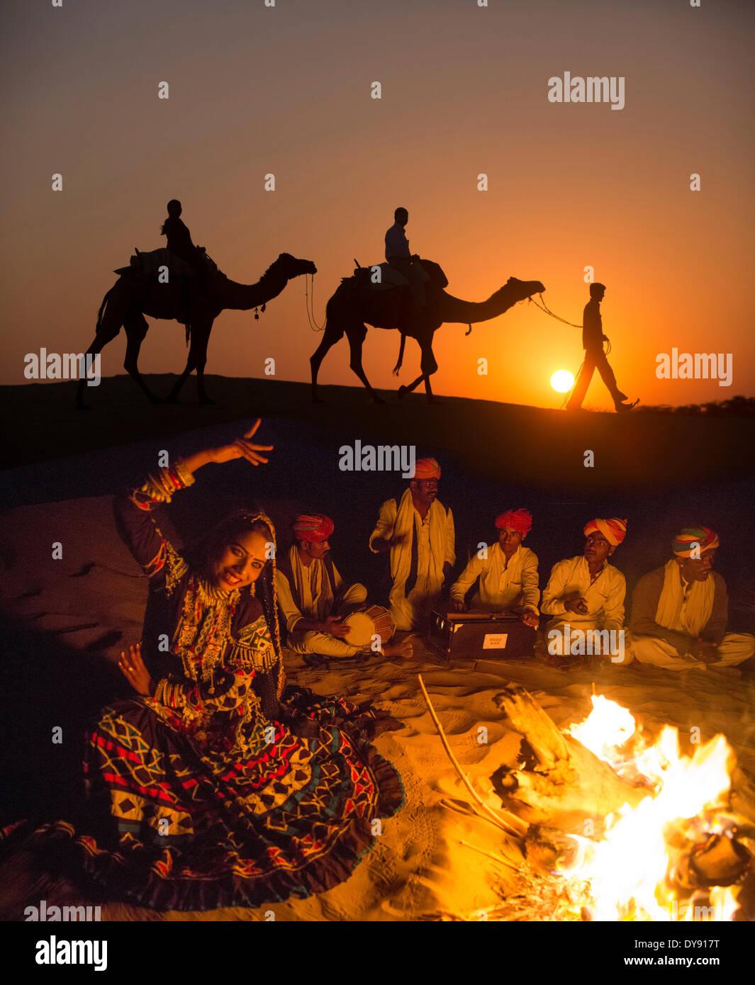 Escursione, deserto di Thar, India, Asia, India, Cammello Dromedario, uomo, tramonto, tramonto, gruppo, falò, Immagini Stock