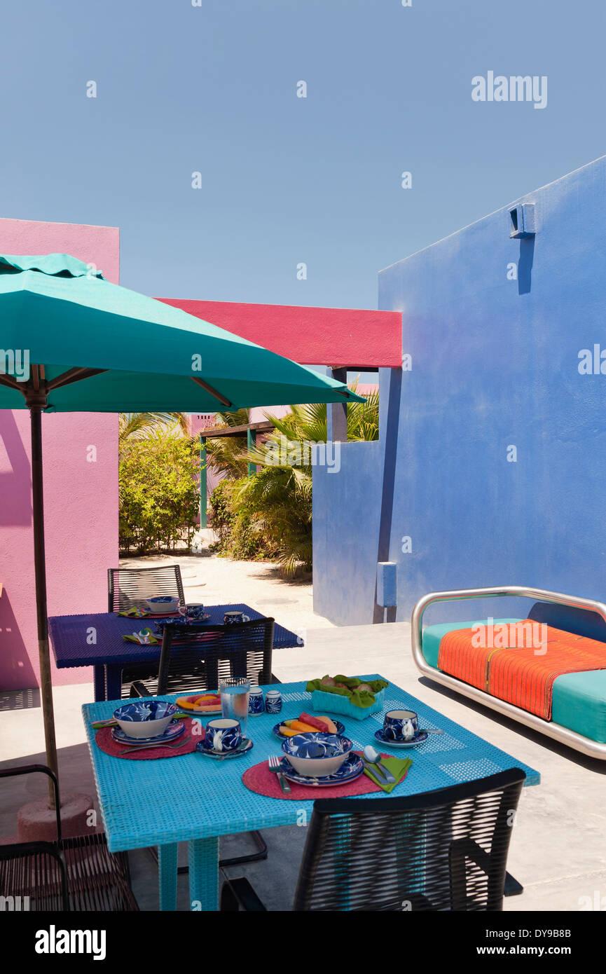 Area per la colazione nel cortile contemporaneo con brighly pareti colorate Immagini Stock