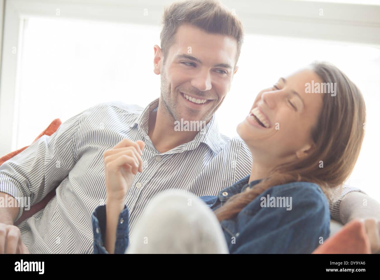 Giovane spendere tempo illuminante insieme a casa Immagini Stock