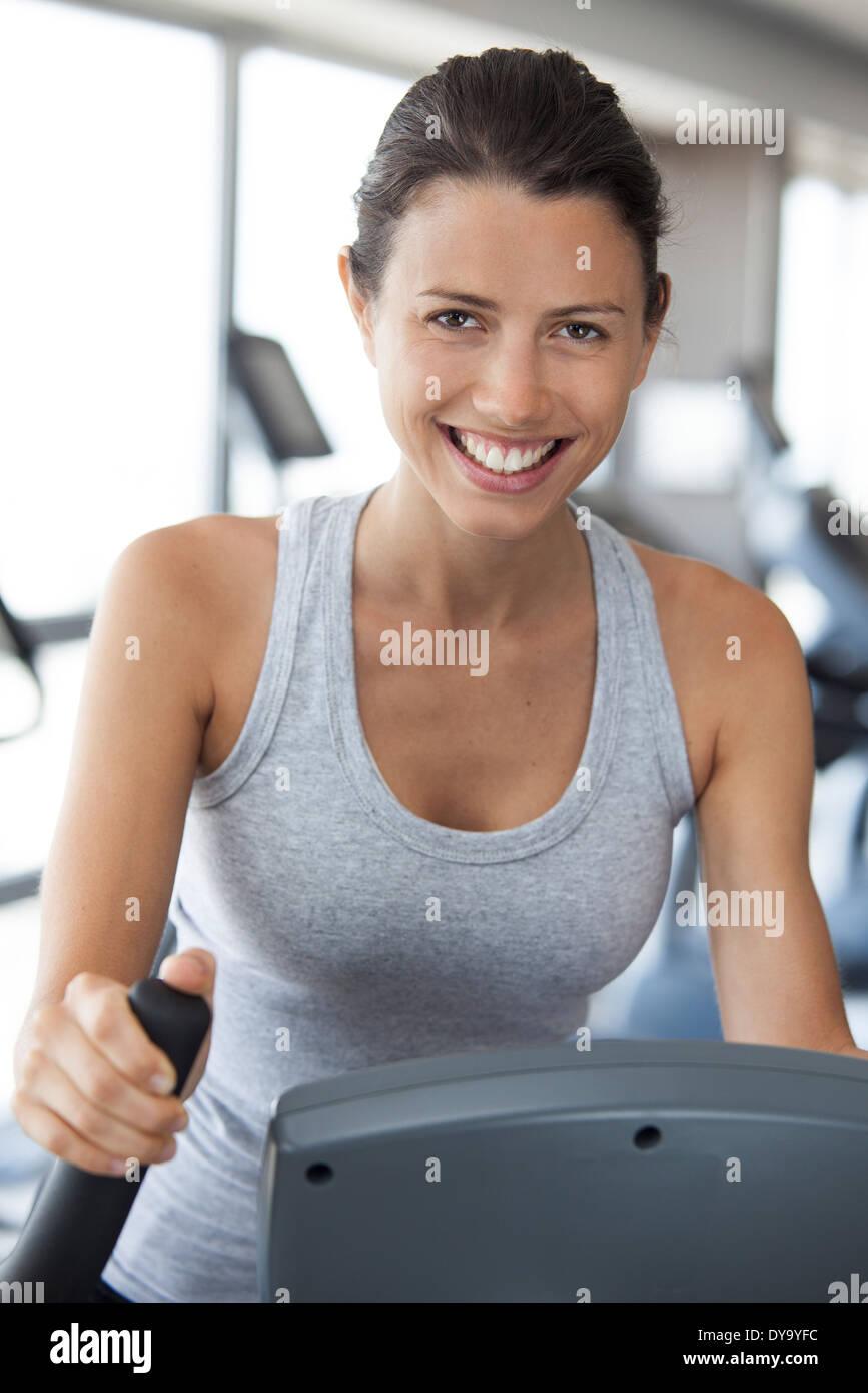 Donna che esercitano nel club salute, ritratto Immagini Stock