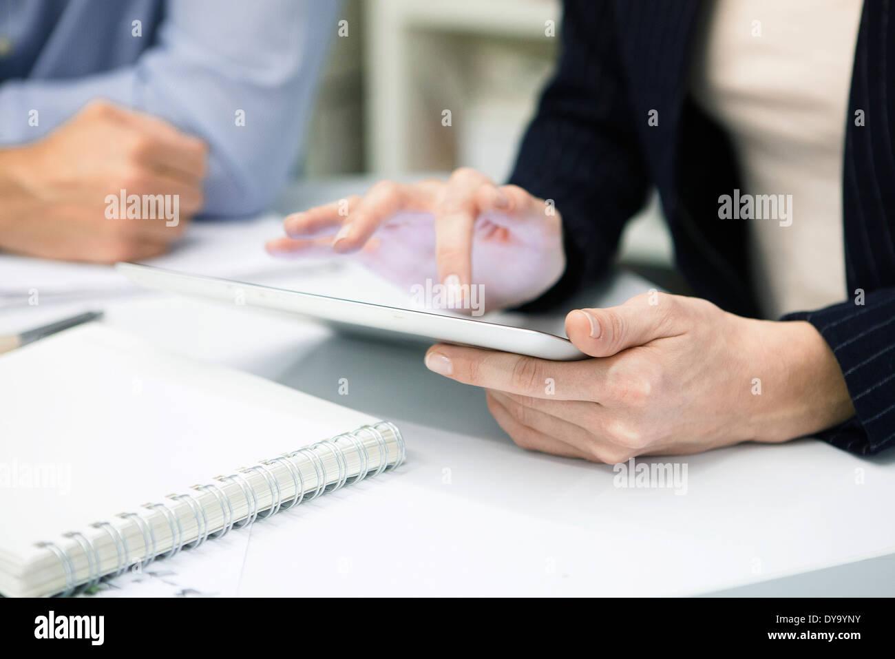 Imprenditrice utilizzando digitale compressa, ritagliato Immagini Stock