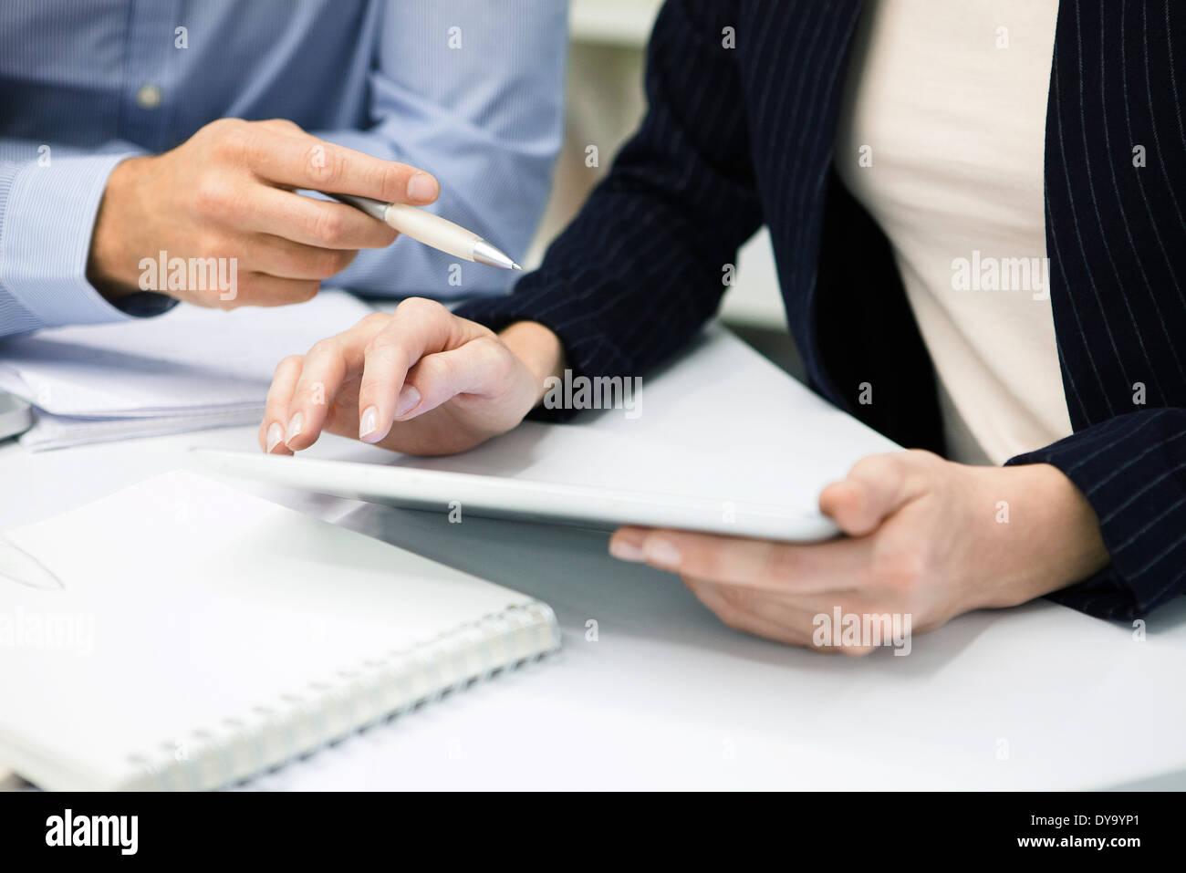 I colleghi utilizzando il digitale compressa, ritagliato Immagini Stock