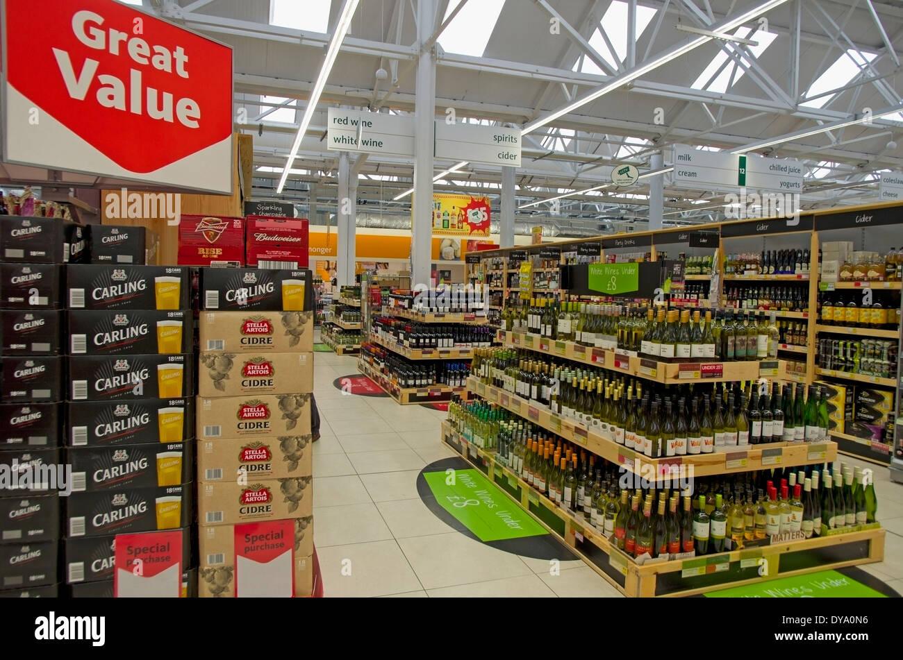 A buon mercato offerte di birra, vino e alcolici a Morrisons supermercato Hadleigh Suffolk Immagini Stock