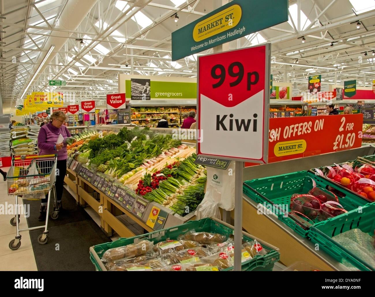 Ortaggi freschi in offerta al mercato sezione St di Morrisons supermercato sul bordo di Hadleigh Suffolk Immagini Stock