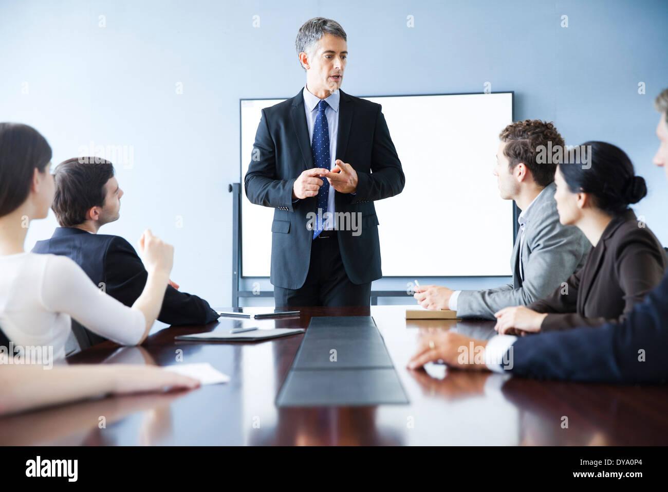 Executive rendendo la presentazione al meeting aziendale Immagini Stock