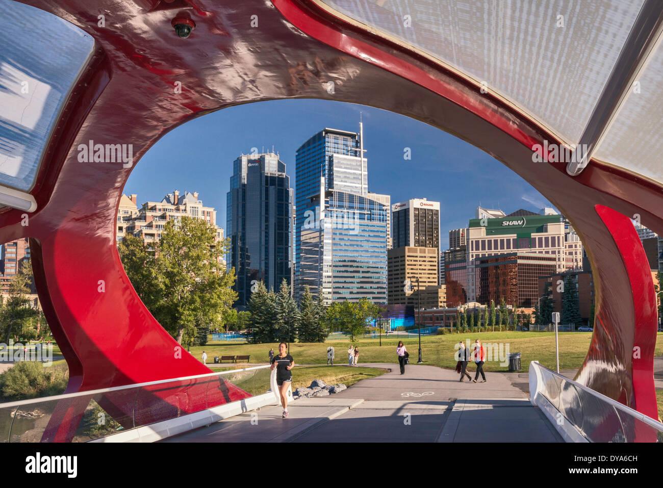 Passanti a ponte di pace, pedonale ponte sopra il Fiume Bow vicino al centro cittadino di Calgary, Alberta, Canada Immagini Stock