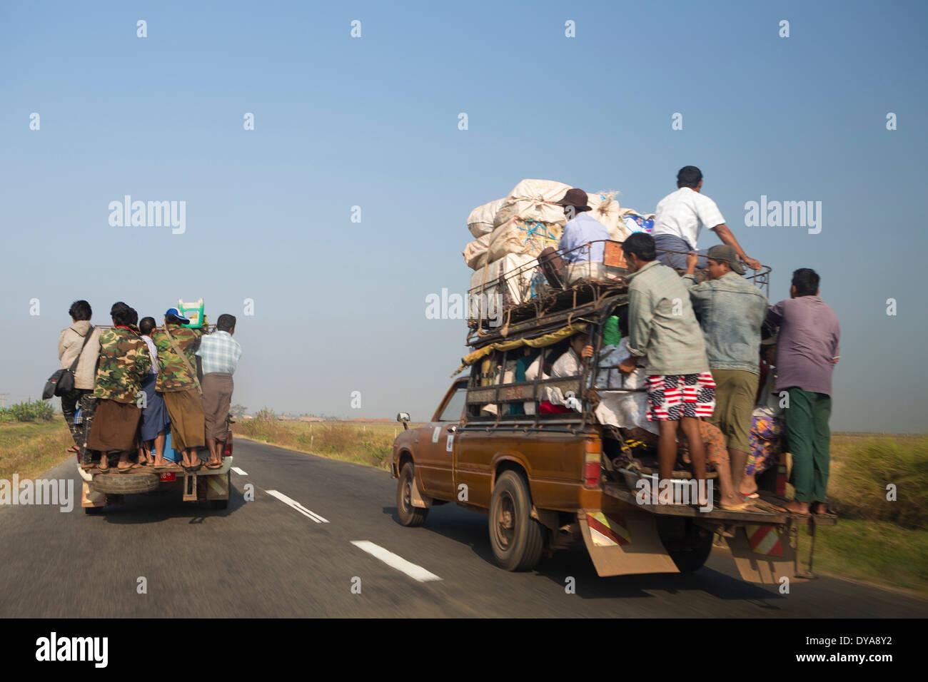 Trasporto locale, Mon, MYANMAR Birmania, Asia, pericolose, persone, traffico, carrello, sovraccarico Foto Stock