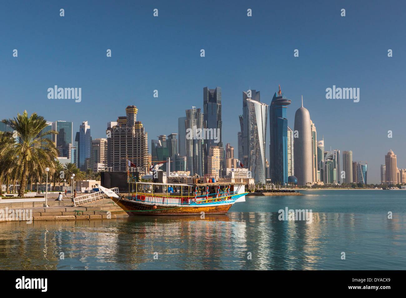 Al Bidda Burj Doha in Qatar Medio Oriente World Trade Center architettura barca bay city colorato corniche avveniristico Palm tree p Immagini Stock