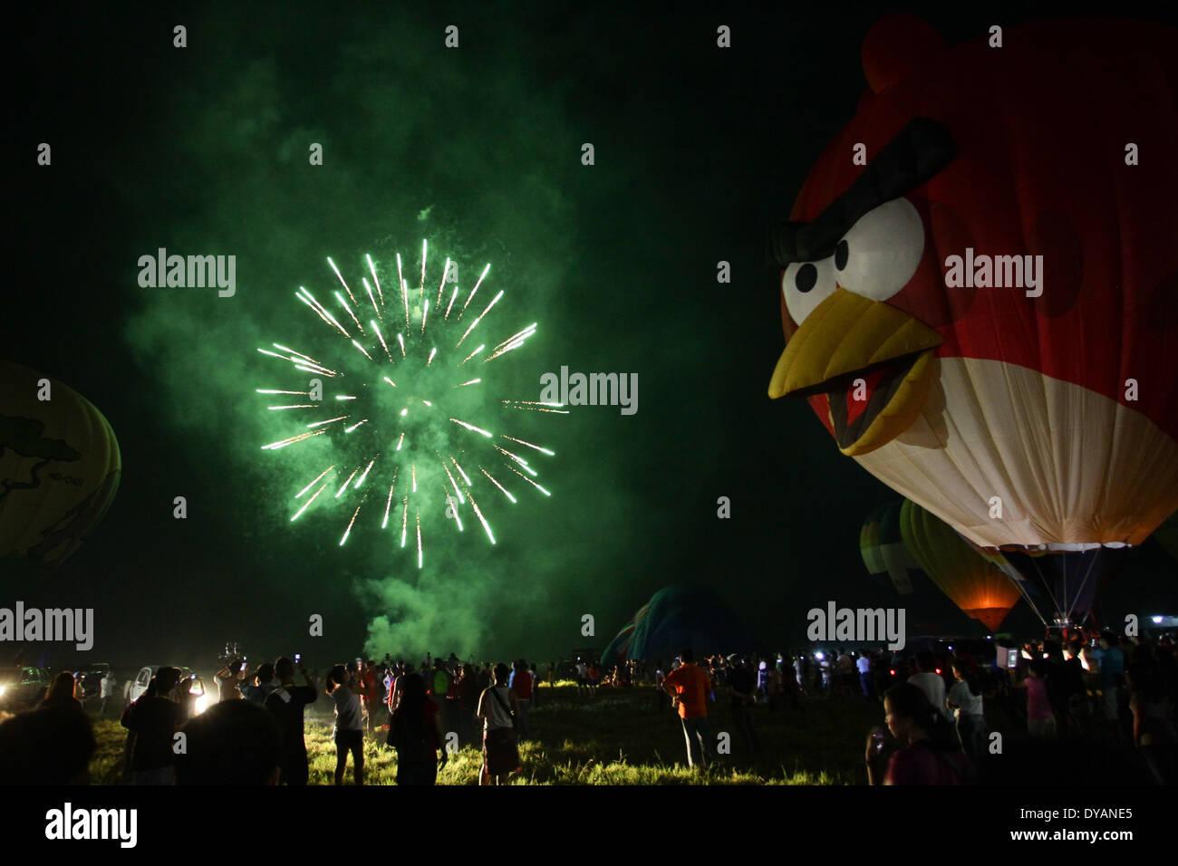 Lubao, Pampanga, Filippine. Xi Apr, 2014. Fuochi d'artificio illuminano il cielo per tappare il Philippine International Foto Stock