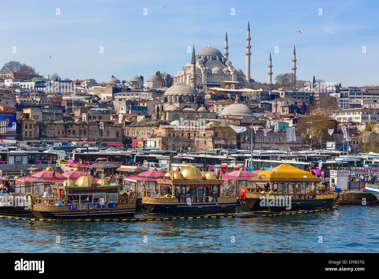 Barche decorativo di vendita del pesce panini (Tarihi Eminonu Balik Ekmek) con la Moschea di Suleymaniye dietro, Eminonu, Istanbul, Turchia Immagini Stock