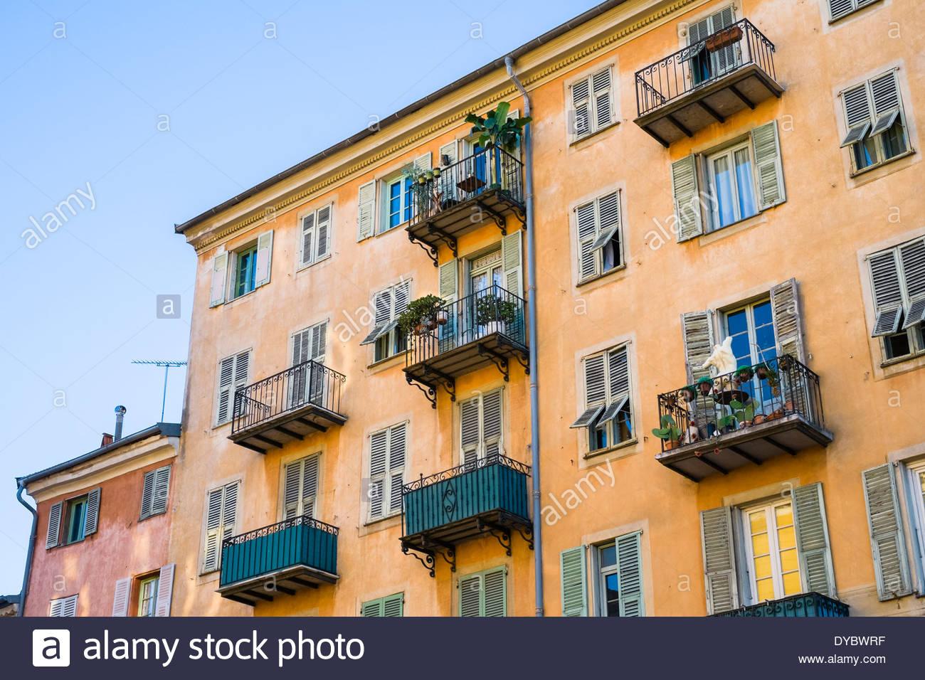 Vecchi edifici colorati con persiane alle finestre su Place Saint François, Vieille Ville (Città Vecchia), Nizza, Foto Stock